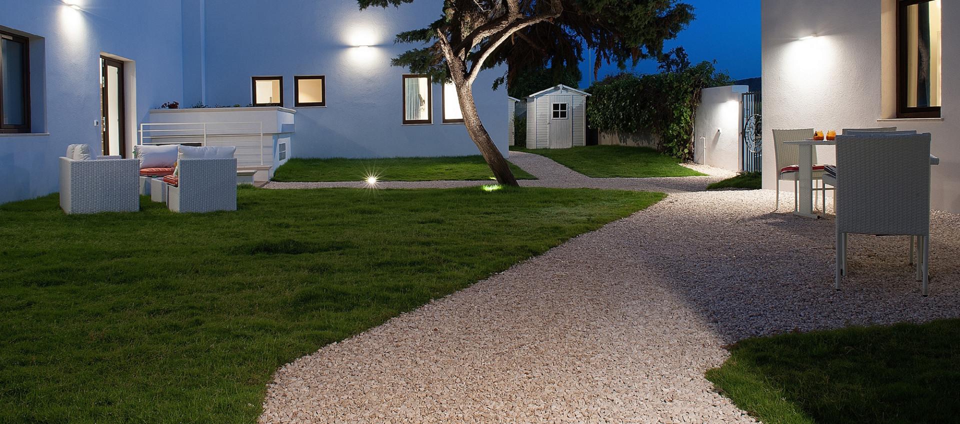 Giardino moderno lampioncino da giardino moderno in - Piccoli giardini moderni ...
